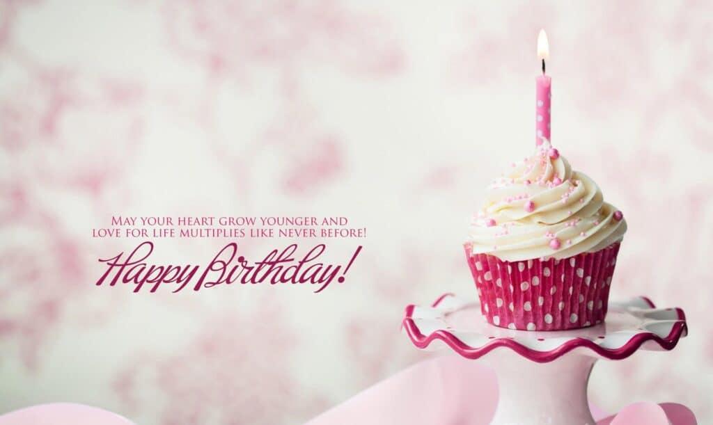 Chúc mừng sinh nhật nhẹ nhàng và cuốn hút cùng bánh nhỏ và nến