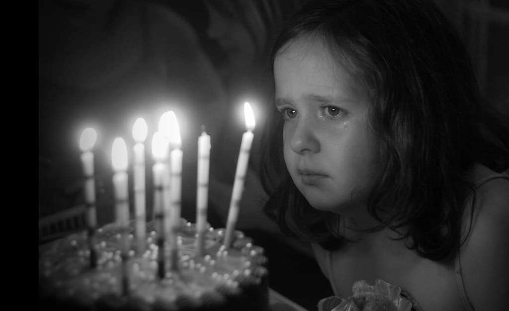 Cô bé khóc trong ngày sinh nhật của mình