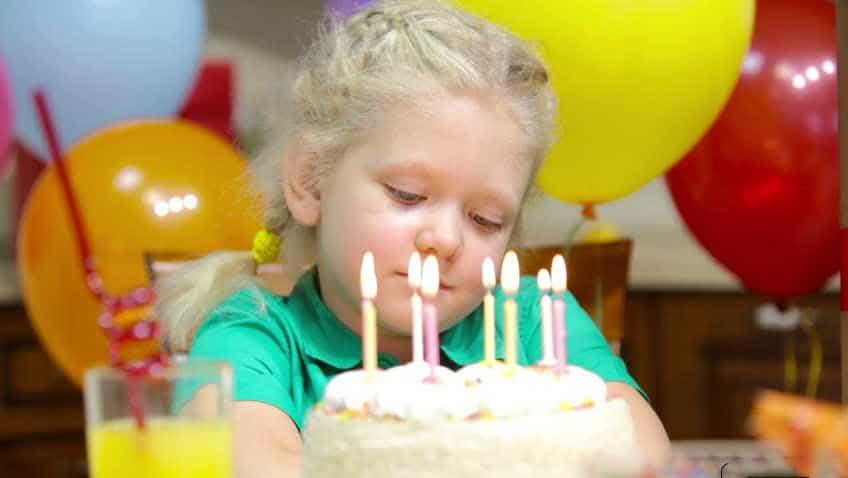 Cô bé không cảm thấy vui vẻ dù được tổ chức sinh nhật