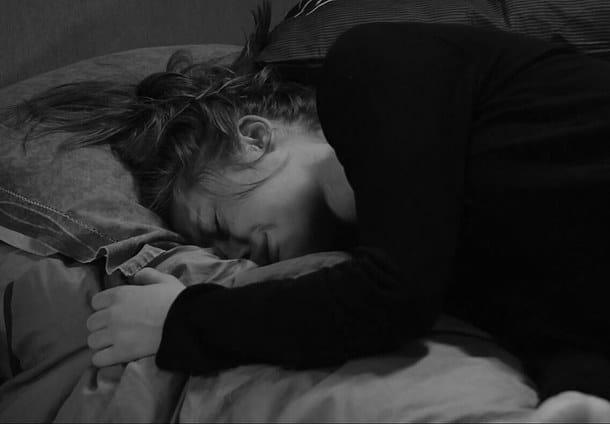Cô gái khóc trong sự đau đớn