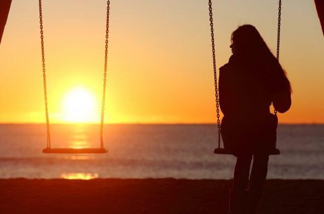 Cô gái một mình cô đơn không có người ở bên