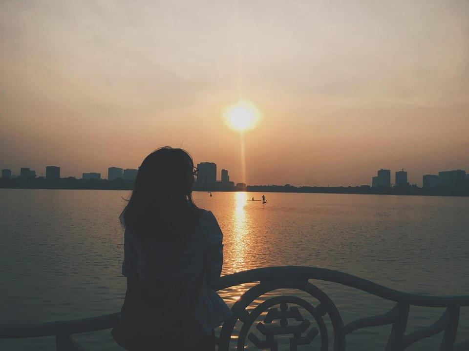 Cô gái ngắm hoàng hôn một mình