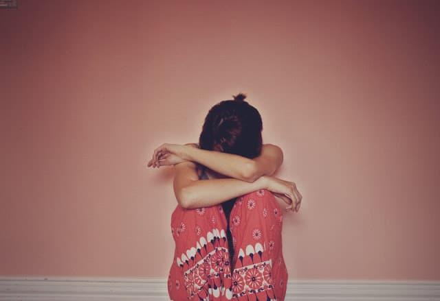 Cô gái ngồi buồn khóc trông mới cô độc làm sao