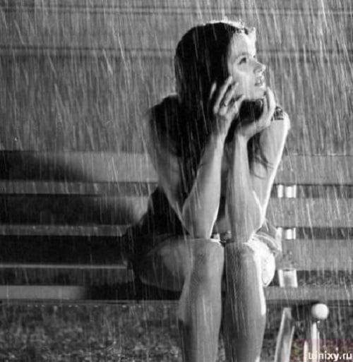 Cô gái ngồi một mình dưới mưa
