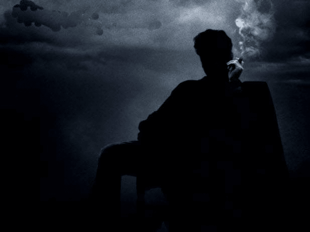 Đêm tối bao trùm lên bóng người ngồi
