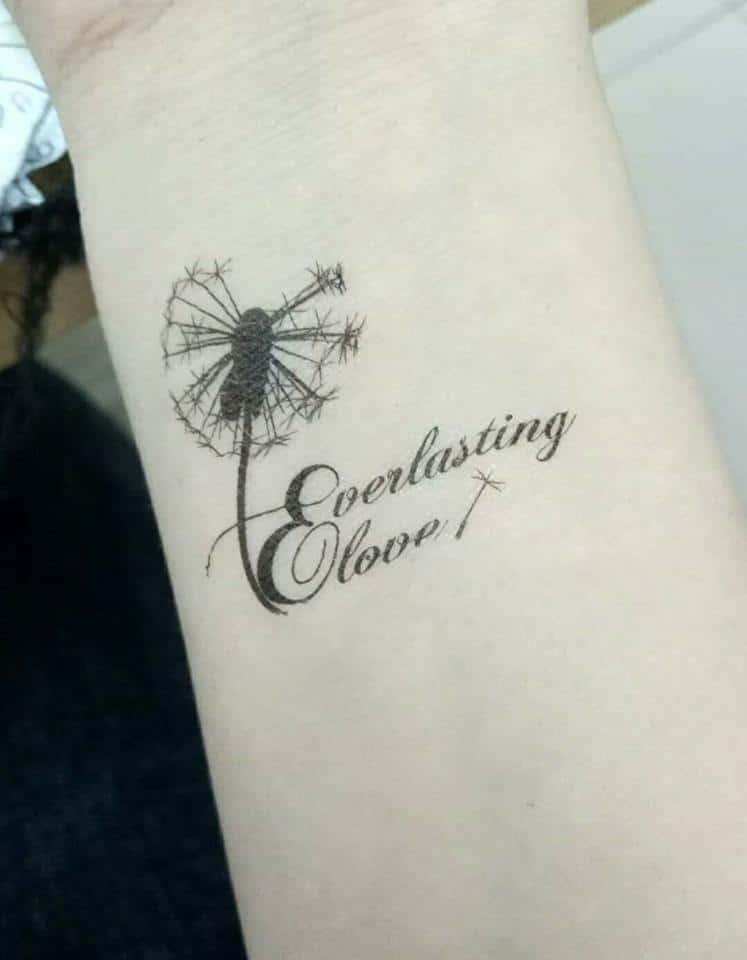 Độc lạ và mới mẻ với tattoo bồ công anh và chữ