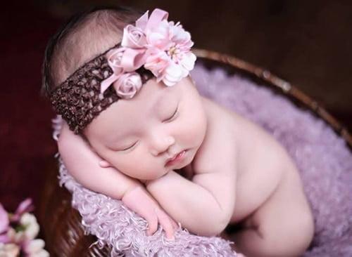 Em bé ngủ say trong nôi