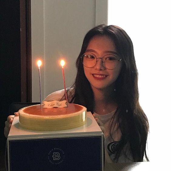 Gái xinh cười tươi đón sinh nhật