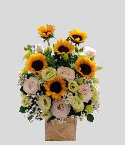 Giỏ hoa hồng kết hợp hoa hướng dương cho ngày sinh nhật thêm trọn vẹn