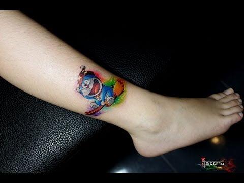 Hình Doraemon tattoo ở chân
