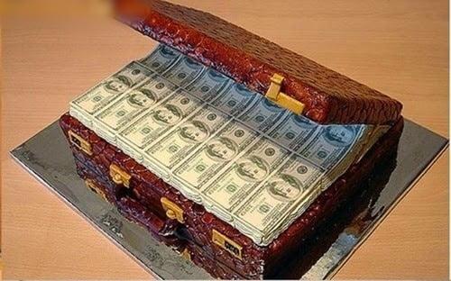 Hình ảnh bánh kem trang trí thành vali tiền trông như thật