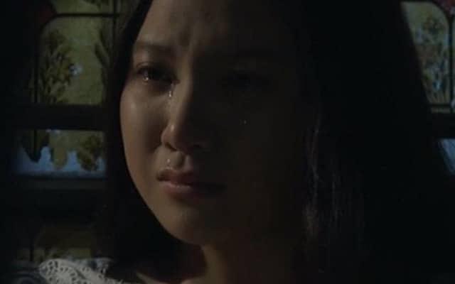 Hình ảnh cô gái ngồi khóc trong đêm