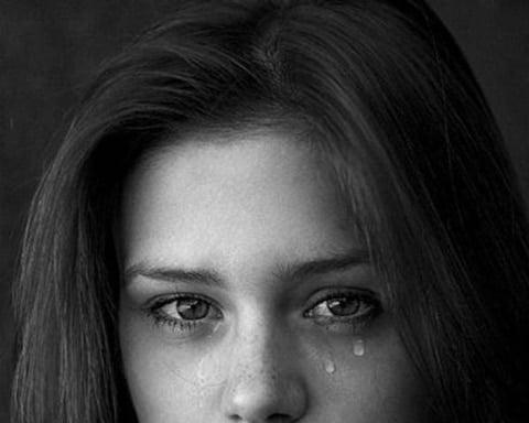 Hình ảnh cô gái rơi nước mắt