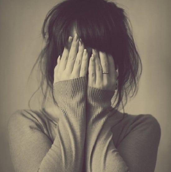 Hình ảnh cô gái với nỗi buồn sâu thẳm