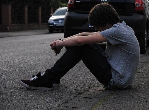 Hình ảnh con trai buồn và lạc lõng, trơ trọi