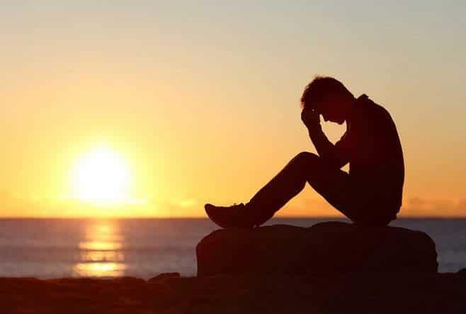 Hình ảnh con trai khóc thầm và đau khổ