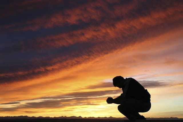 Hình ảnh đau buồn và cô đơn của chàng trai lúc chiều tà
