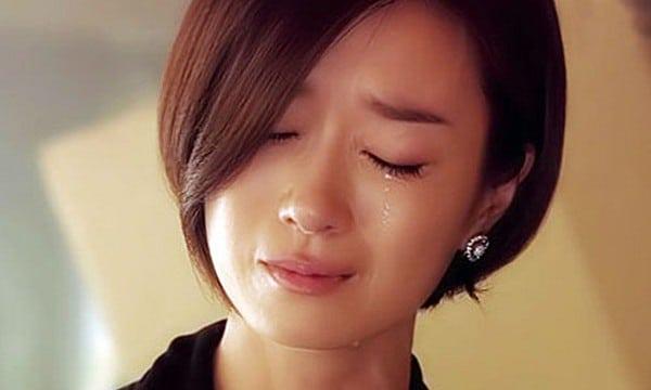 Hình ảnh khóc trong đau khổ của người phụ nữ