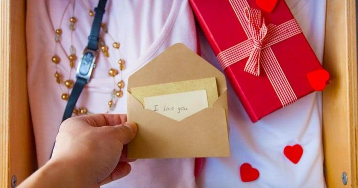 Hình ảnh món quà và thiệp ngày sinh nhật