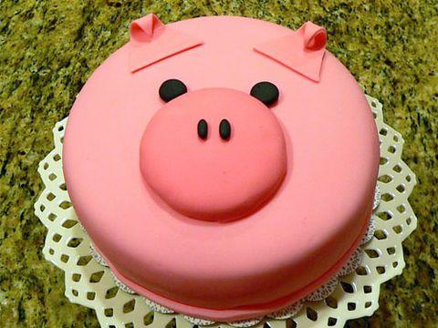 Hình chiếc bánh sinh nhật chú heo hồng dành cho những bạn tuổi hợi