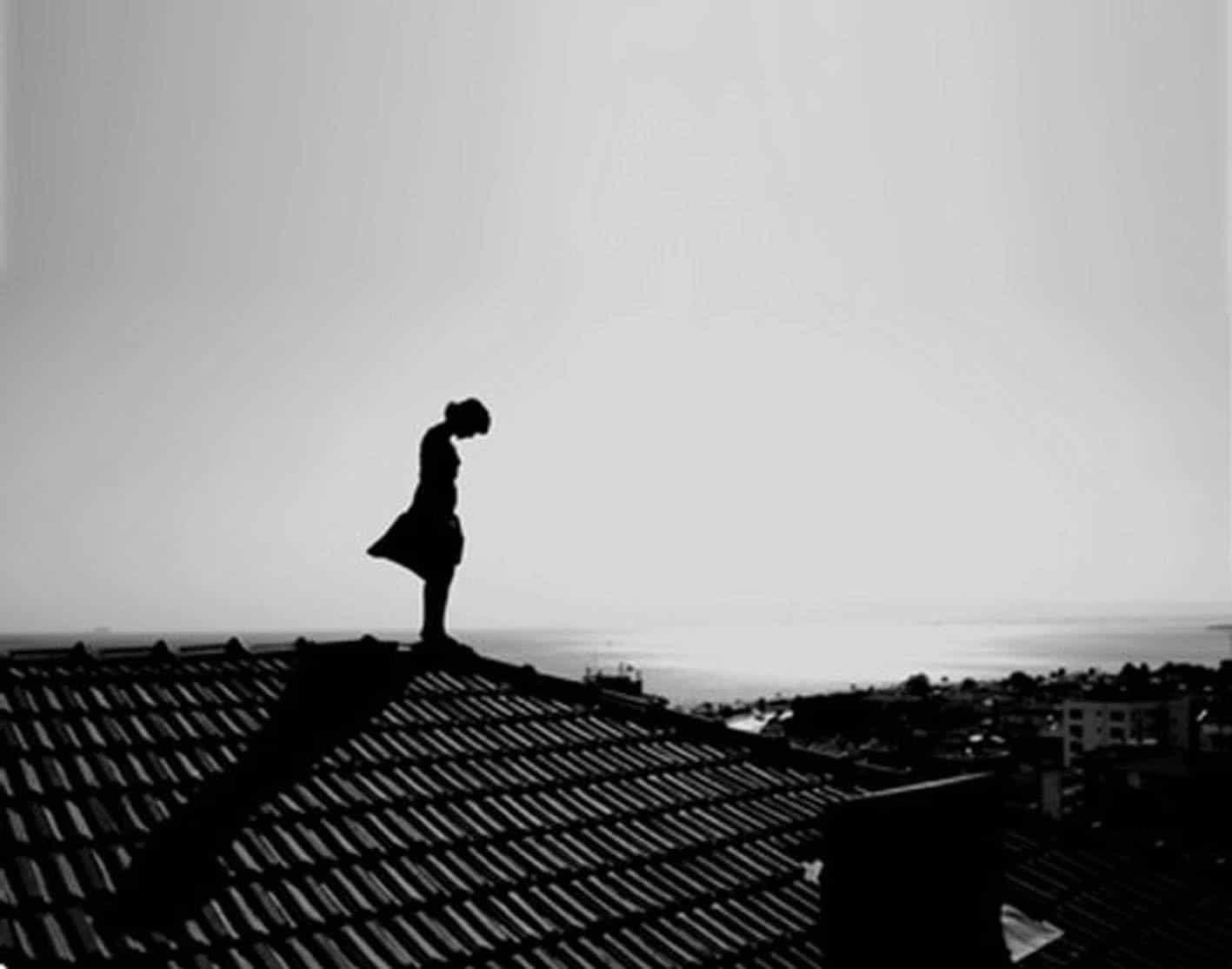 Hình cô gái buồn đứng trên mái nhà