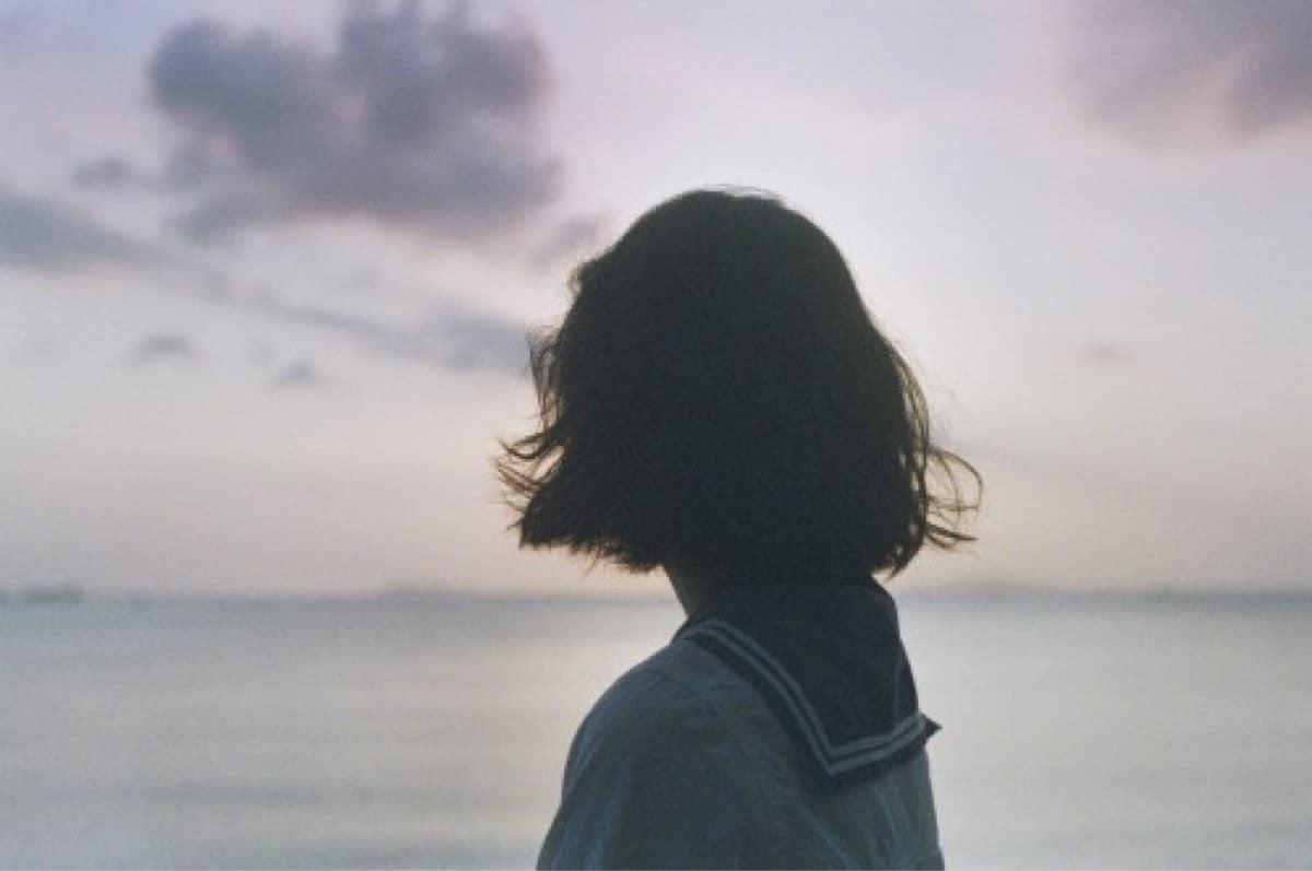 Tổng hợp hình ảnh cô gái tóc ngắn buồn quay lưng bước đi