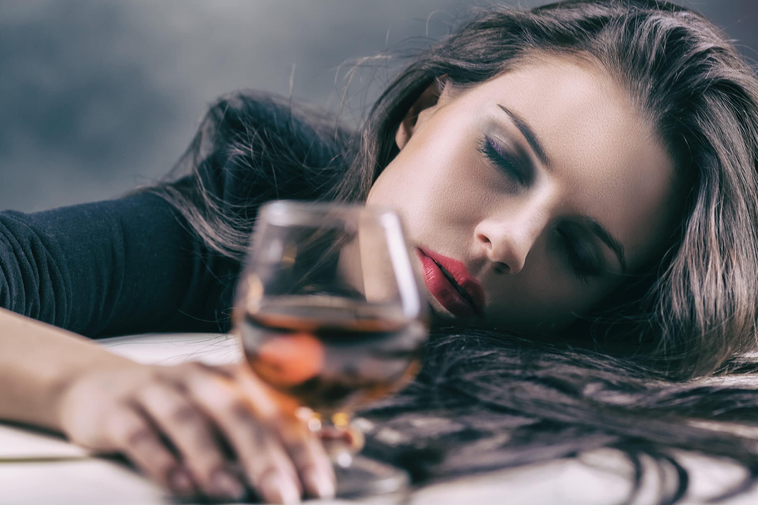 Cô gái uống rượu say xỉn