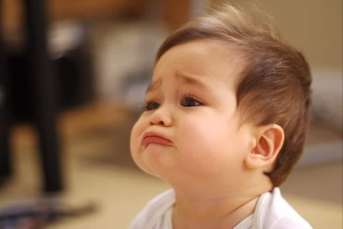 Hình em bé buồn mếu máo