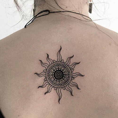 Hình mặt trời cách điệu thành tattoo cho con gái