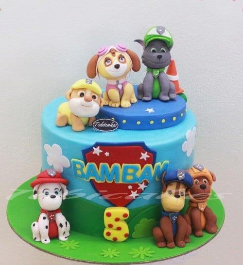 Hình những chú chó đội cứu hộ được đưa vào bánh sinh nhật