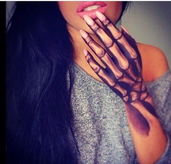Hình tattoo bàn tay xương cho nữ