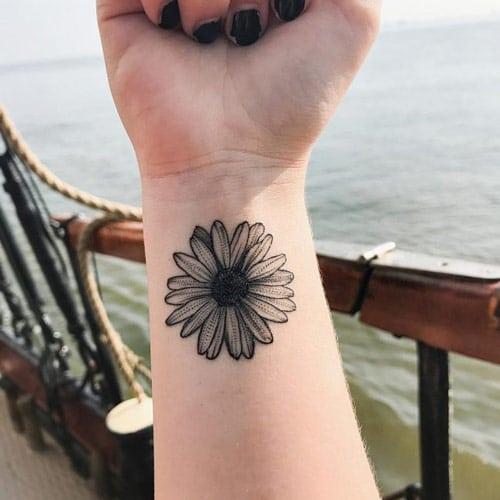 Hình tattoo cho nữ với kiểu bông hoa cúc đen trắng