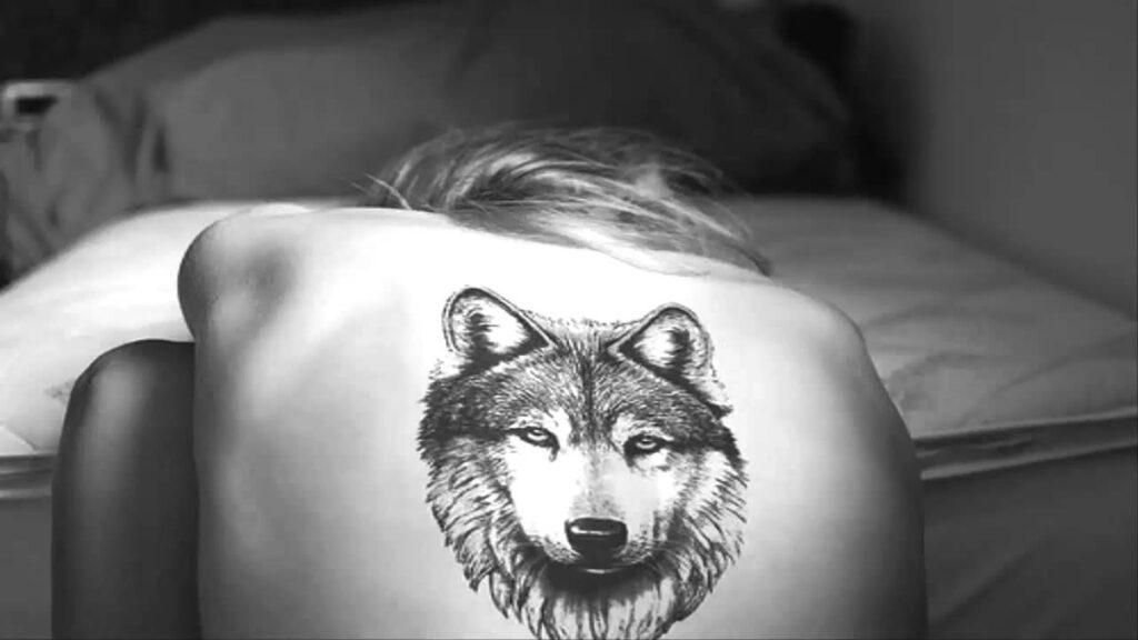 Hình tattoo chó sói ở lưng