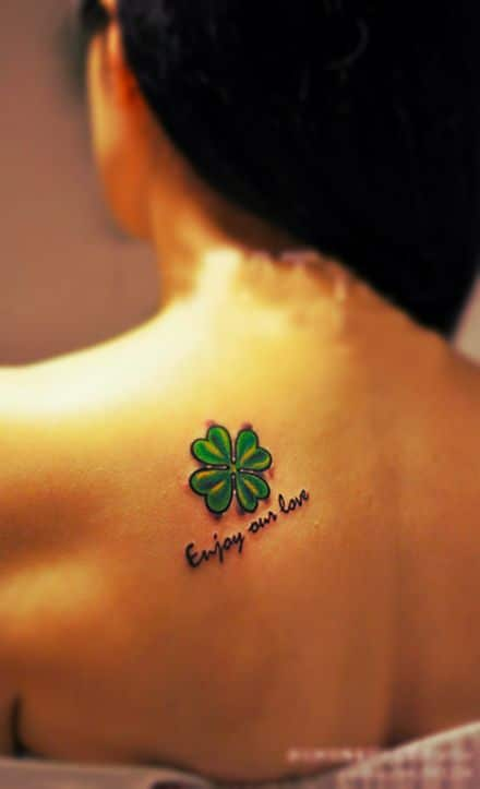 Hình tattoo cỏ 4 lá ở vai xinh