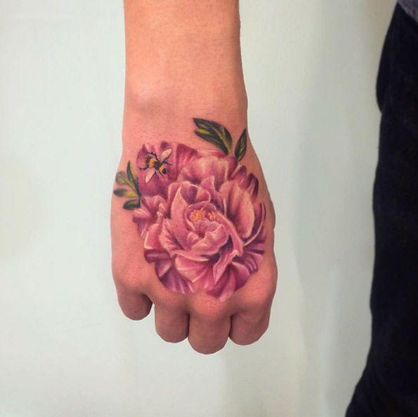Hình tattoo hoa mẫu đơn nhỏ ở bàn tay