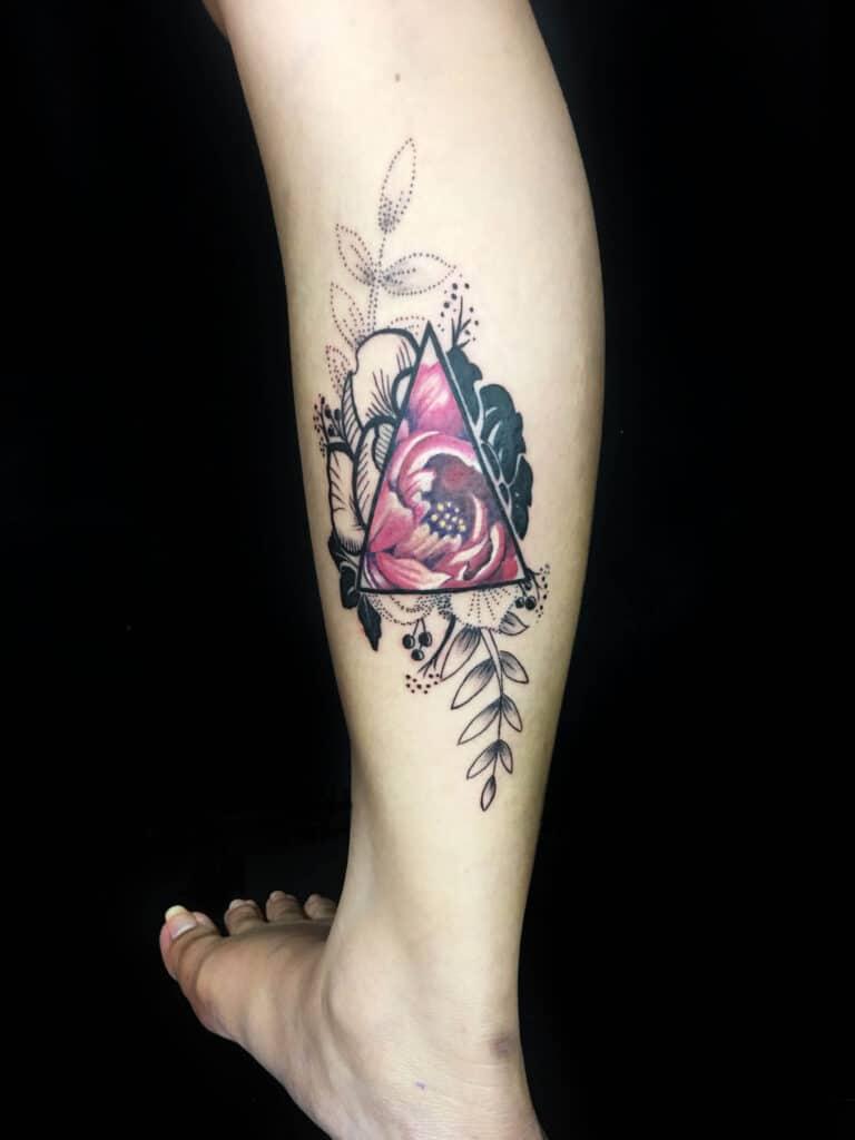 Hình tattoo ở bắp chân cho nữ