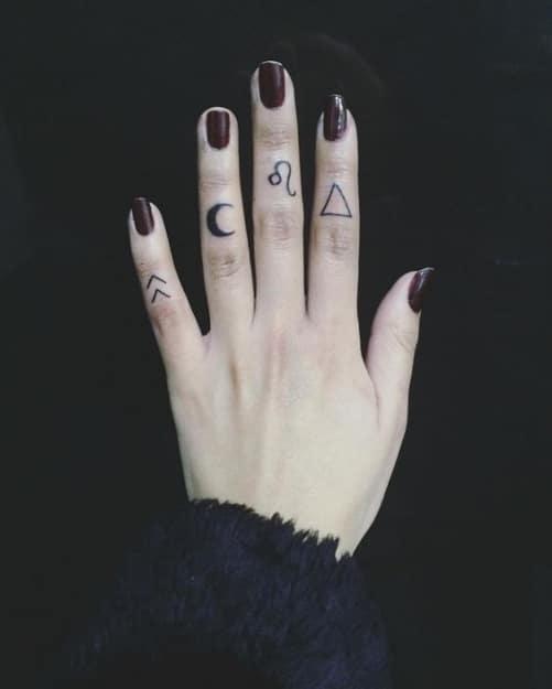 Hình xăm biểu tượng mini trên ngón tay