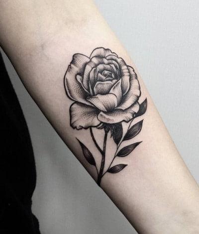 Hình xăm bông hồng đen nhỏ ở tay