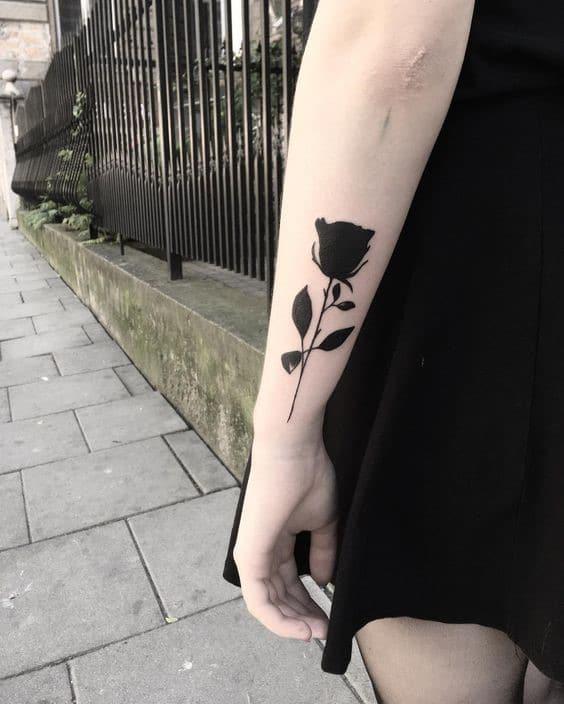 Hình xăm bông hồng đen ở tay