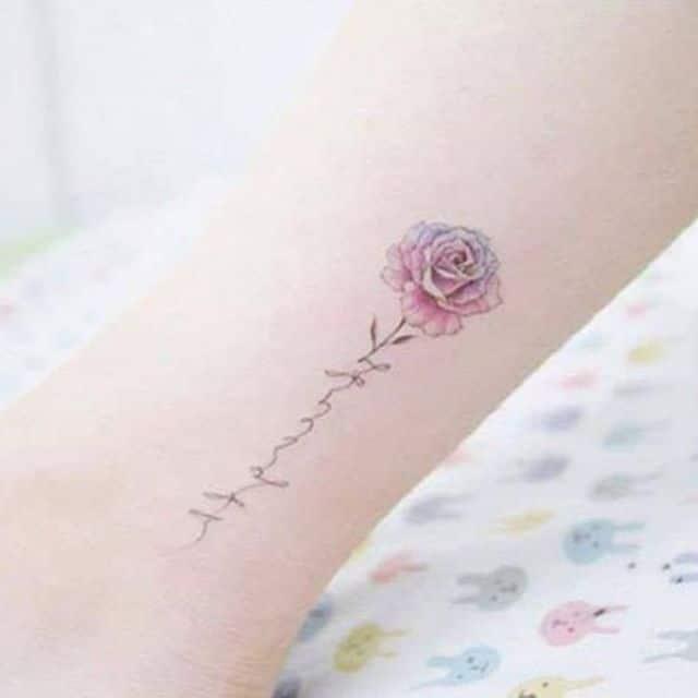 Hình xăm bông hồng nhỏ ở tay