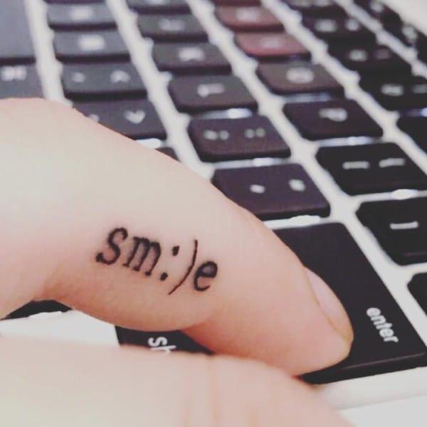 Hình xăm chữ smile nghệ thuật ở ngón tay cuốn hút và ấn tượng