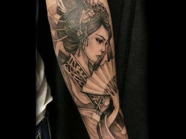 Hình xăm geisha duyên dáng ở bắp tay
