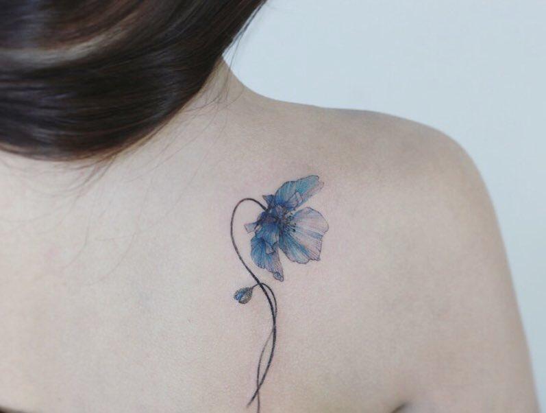 Hình xăm hoa màu xanh trên vai thu hút ánh nhìn