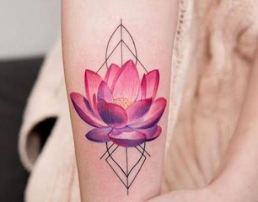Hình xăm hoa sen tượng trưng cho sự vươn lên cùng tâm hồn thanh tao và không bị vẩn đục