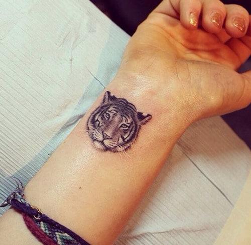 Hình xăm mặt hổ mini trên cổ tay