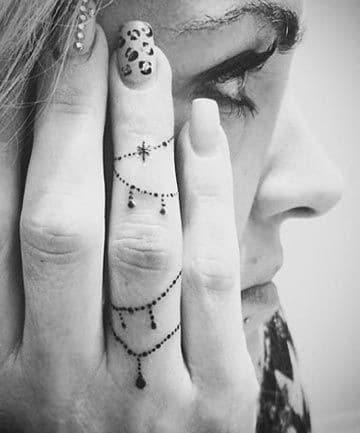 Hình xăm nhẹ nhàng và nữ tính trên ngón tay cho nữ