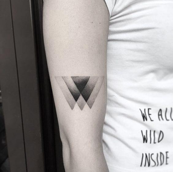 Hình xăm tam giác đơn giản mà chất