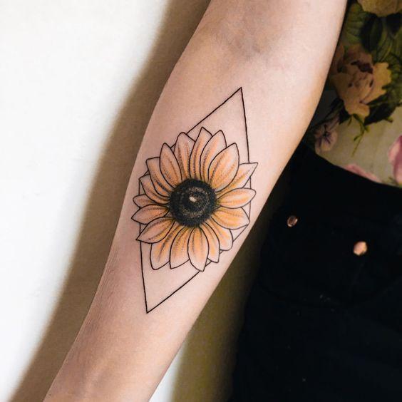 Hoa hướng dương xinh xắn làm tattoo