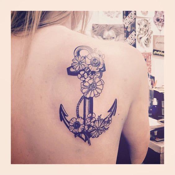 Kiểu tattoo mỏ neo ở lưng cho nữ