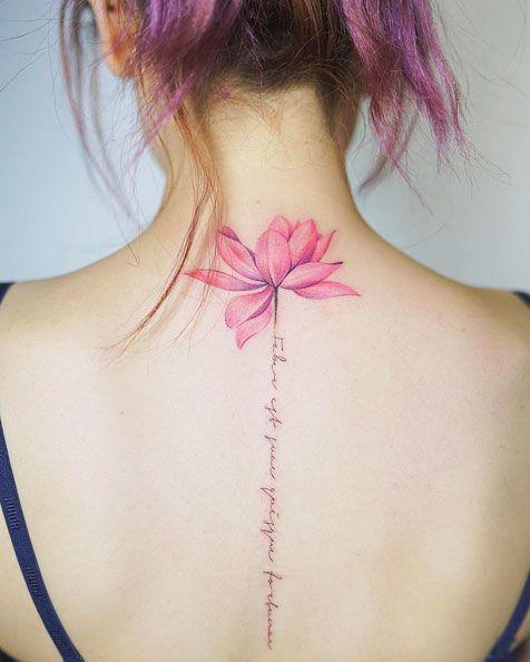 Kiểu xăm chữ kết hợp hoa sen đẹp cho nữ